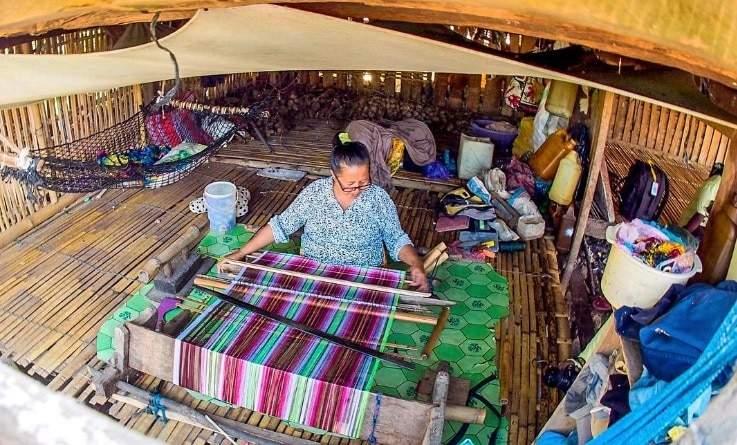 https://travelingyuk.com/desa-tenun-di-indonesia/139652/